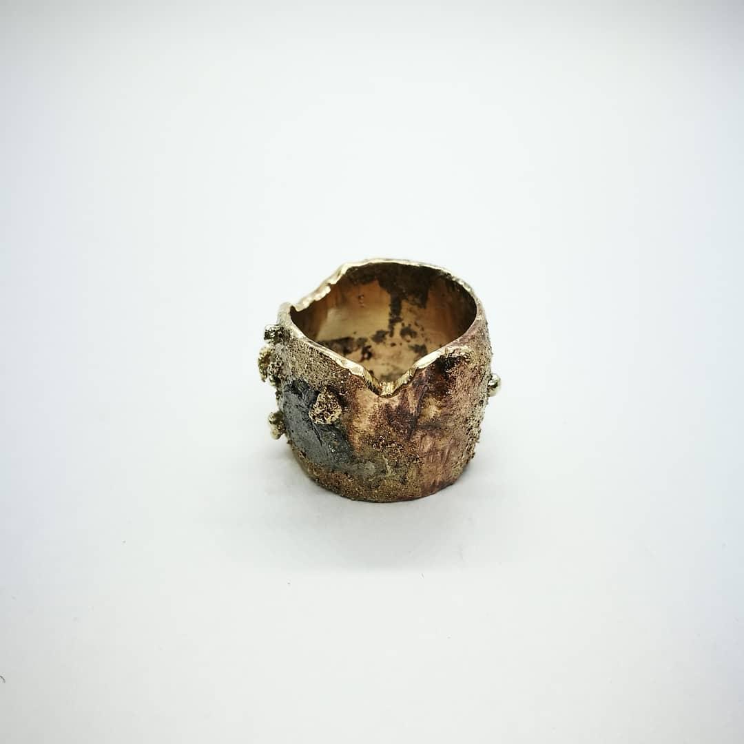 """Anello """"Inclusione"""" Anello artigianale donna in Bronzo con Argento 925, Alluminio, Ottone e scorie metalliche. Fatto a mano"""